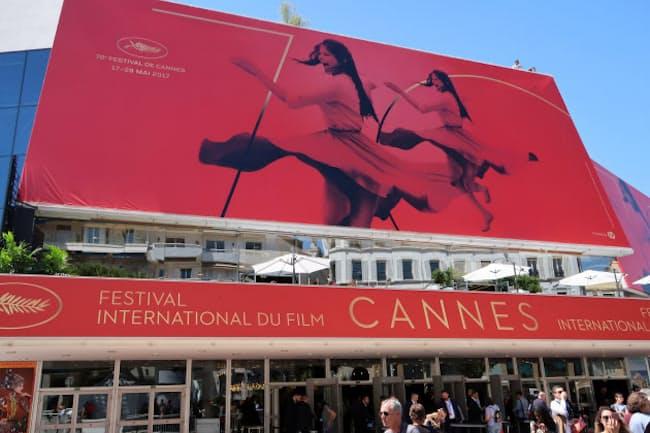 主会場パレ・デ・フェスティバルを飾る70回目のポスター。カンヌで一世を風靡したイタリアの女優クラウディア・カルディナーレの素足がまぶしい