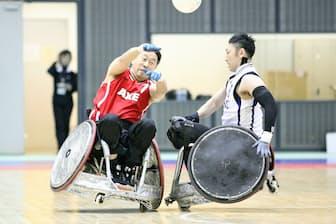 三井不動産に勤務する福井正浩さん(左)は今も地域チーム「アックス」の選手としてプレーしている