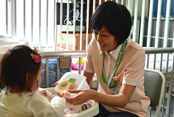 入院する子供の遊び相手になってストレスを軽減させる