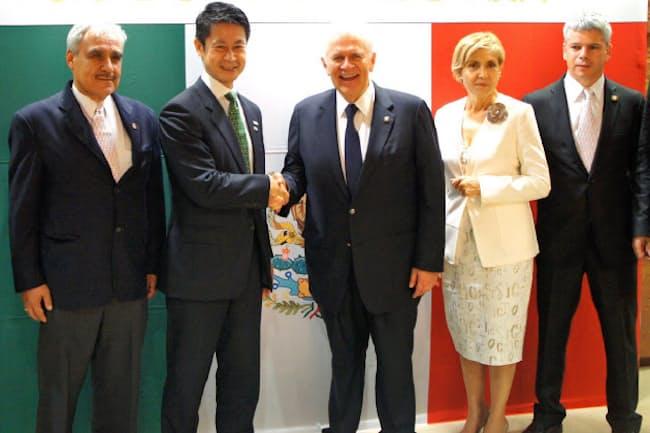 広島県の湯崎英彦知事(左から2人目)とメキシコオリンピック委員会のカルロス・パディージャ会長(中央)