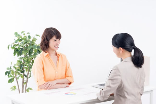 ビジネスシーンでの会話は聞き違いがトラブルにつながりかねない PIXTA