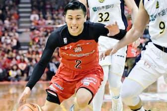 Bリーグの試合で攻め込む富樫選手(船橋市総合体育館)=共同