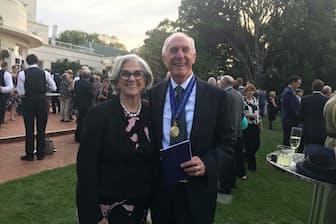 夫人(左)とともにコンパニオン勲章の授章式で(キャンベラの総督官邸、2016年4月15日)