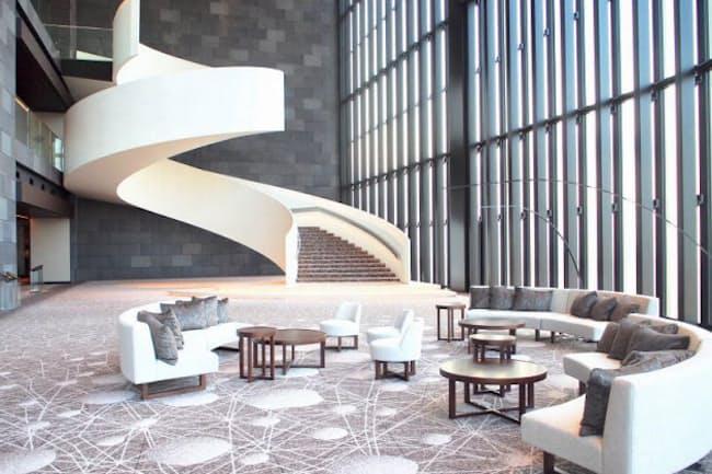 ウエディングチャペル、コンラッドスイートなどがある39階のロビーは巨大な吹き抜け空間に。リボン状のらせん階段が印象的