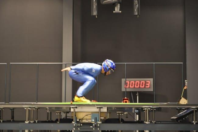 仮想現実(VR)を使えば、スキージャンプの選手は効率的に練習できる(国立スポーツ科学センターの風洞実験棟、写真提供:日本スポーツ振興センター)