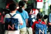塾を終えて帰宅する子供たち。Tさんも「母親がいないからといって、おろそかにしない」と教育費が増えた