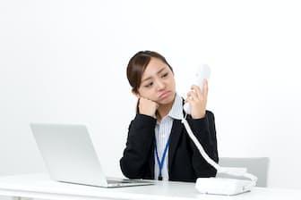 慣れない電話対応のストレスが原因で仕事が嫌になる新入社員もいる PIXTA