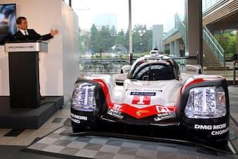 ル・マン参戦のレースカーを披露するポルシェジャパンの七五三木敏幸社長