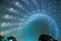 オーストラリアの夜空に広がる天の川。写真家クリスチャン・サッセ氏が60分おきに撮影した写真を合成したもの。(PHOTOGRAPH BY SASSEPHOTO)