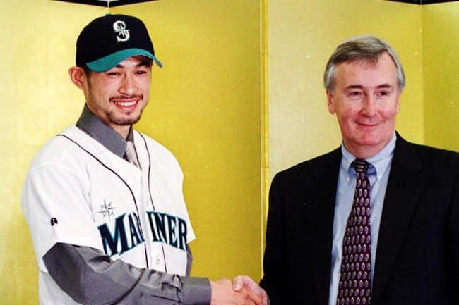 2001年、イチローがマリナーズに入団したときに握手したのが元CEOのハワード・リンカーン氏
