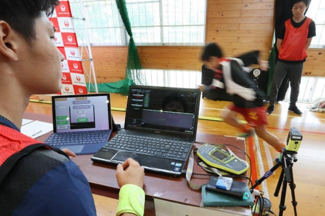 10メートルを全力疾走してタイムを測定(熊本市で開かれた「JALネクストアスリートプロジェクト スポーツ能力測定会」)