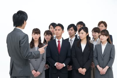 新入社員研修では初対面の先輩との出会いが待ち構えている PIXTA