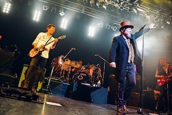 コンサートで共演する布袋寅泰さん(左)とズッケロさん(東京・渋谷)=Photo:Michiko Yamamoto