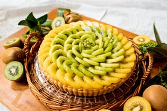洋菓子店「キル フェ ボン」はキウイフルーツを使ったタルトを販売している。