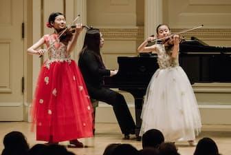 バイオリンのイナ(12歳=写真左)、フィオーナ(10歳)のクォン=フー姉妹はともにニューヨーク出身(撮影=Fadi Kheir、提供=大阪国際音楽コンクール)