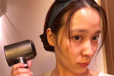 今回取り上げるのはダイソンの新型ドライヤー。女優、アイドルという仕事柄さまざまなドライヤーを使ってきた奈津子さんの評価は?