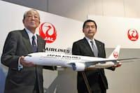2011年1月、復活する旧ロゴ「鶴丸」を発表する日本航空の稲盛和夫会長(左)と大西賢社長(当時)