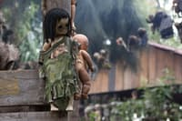 溺れた少女の魂を供養する、おびただしい数の人形。(写真:derek.simeone)