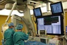 モニター画面を見ながら血管内治療をする医師(札幌市の札幌心臓血管クリニック)
