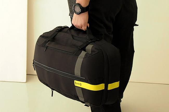 79a62eebe9 「SLICKS」(本体3万5000円、オプションパーツ付きのコンプリートキット4万8000円)。横型のボストンバッグのように持つこと も可能。内側が平たいから歩きやすい