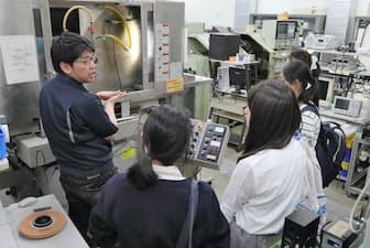理工学部の研究室で説明を受ける女子高校生(神奈川県相模原市の青山学院大学)