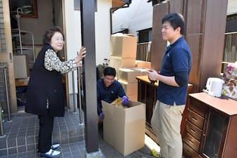 不用品の搬出作業を見守る津々木多恵子さん(左)(千葉県白井市)
