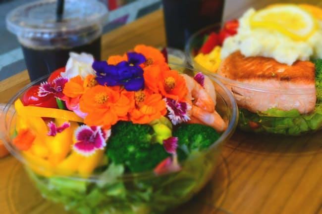 代官山・スイートガーデンのサラダ「Sweet Garden」(手前)