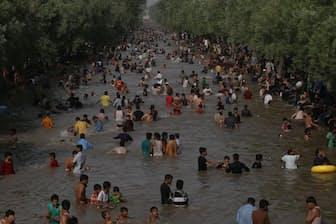 ラマダンの8日目を迎えた2017年6月4日、猛暑を避けようと運河で水浴びをするパキスタンの人々。ラホールでは、最高気温47℃を記録した。(PHOTOGRAPH BY RANA SAJID HUSSAIN, PACIFIC PRESS, LIGHTROCKET, GETTY IMAGES)