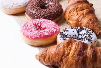 トランス脂肪酸は、マーガリンやショートニングを使って作られるパンや菓子類、揚げ物などに含まれる(c) Alexei Logvinovich-123rf