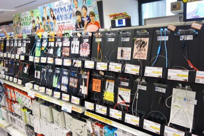 カンダエイトビル4階にあるe☆イヤホン秋葉原店。拡大しているワイヤレスイヤホンコーナーのなかにスポーツイヤホンが多く展示されている