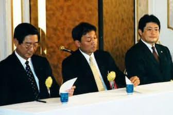 業務用酒販店の入社式にライバル会社の担当者と共に出席(左から2人目が本人)