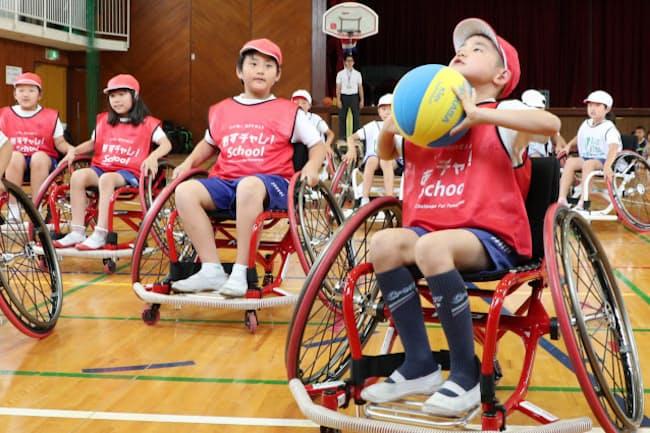 車いすバスケットボールを体験する児童(大阪府箕面市の西南小学校)