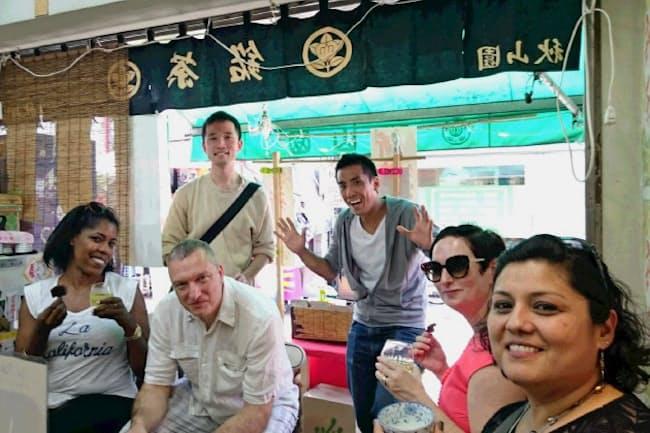 ゲストの外国人を案内するノットワールドの河野有取締役(右から3人目)
