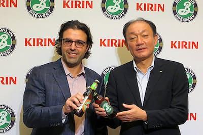 キリンはブルックリン・ブルワリーと「ブルックリンブルワリー・ジャパン」を2017年2月に設立。写真はブルックリン・ブルワリーのロビン・オッタウェイ社長(左)とキリンビールの布施孝之社長(右)