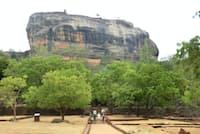 これが1枚の岩だとは信じ難いスリランカのシギリヤロック。頂上には5世紀に築かれた城跡が残る