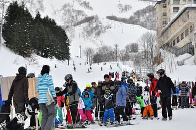 北海道の上質なパウダースノーは海外のファンも多い(写真はニセコのスキー場)