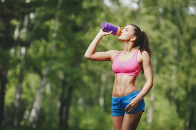 運動中の水分補給は、1回当たり、ごく、ごく、ごく……と9口飲み込もう(c)fotokvadrat-123rf
