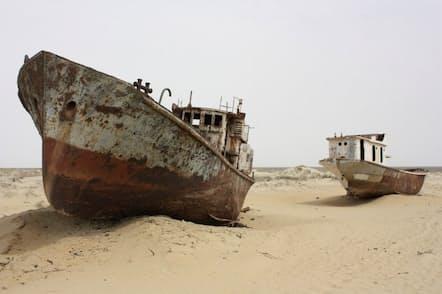 アラル海の後退によってムイナクの砂地に出現した船の墓場(写真:Arian Zwegers)