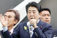 安倍晋三首相は「経済第一」に回帰できるのか(写真は都議選候補者の応援演説、1日、東京都千代田区)