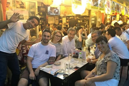 大衆的な雰囲気でこそ、日本人と乾杯したり片言で会話したりする機会が生まれる(東京・浅草の「ホッピー通り」)