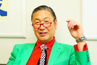インタビューを受ける山本寛斎さん(東京・世田谷の山本寛斎事務所本社で)
