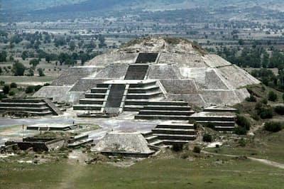 トンネルは、月のピラミッドとその前にある月の広場の地下で発見された。(Photography by MACDUFF EVERTON, National Geographic Creative)