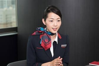 「機内は乾燥していますので、できるだけ潤いをキープできるようなメイクを心掛けています」と大屋明子さん(33歳)