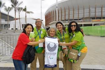 リオデジャネイロを訪れ、ボランティアと交流する上智大の教員(左)=上智学院提供