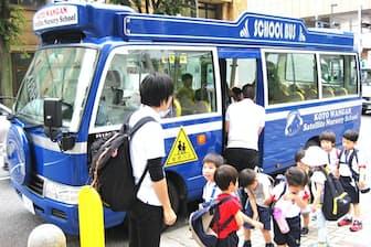 到着した送迎バスから降りてきた園児たち(東京都江東区の豊洲駅前)