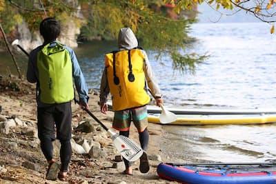 防水性に優れたバッグはアウトドアシーンだけでなく、夏は普段使っても便利さを実感することが多い