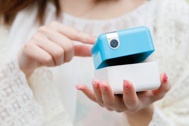 立方体型のアシスタントロボット「PLEN Cube」はヘッド部とボディー部に分かれている。カメラ機能が充実し、ヘッド部は360度回転して、自動でパノラマ撮影や被写体の追尾撮影などが可能だ