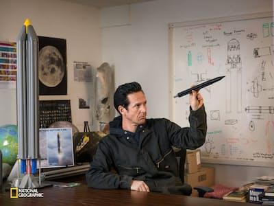 多国籍チーム「シナジー・ムーン」を支援するインターオービタル・システムズの社内で、技術者のエリック・リーディがロケットの設計に考えをめぐらす。(Vincent Fournier/National Geographic)