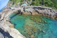 海水浴場や夕日の名所として人気の絶景スポット「赤崎遊歩道」(写真:神津島村役場)