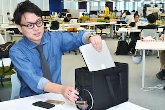 社内移動がしやすいバッグを貸与しているヤフーのフリーアドレスオフィス(東京都千代田区)